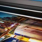 Digitálna veľkoformátová tlač je realizovaná na veľkoformátovej tlačiarni.