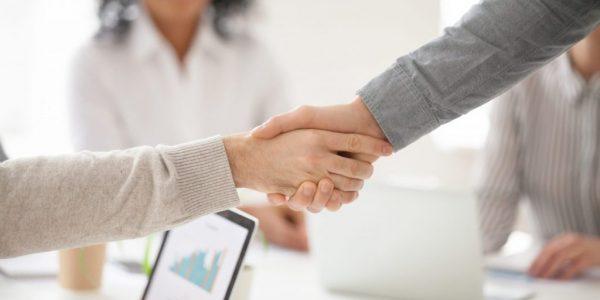 Ruku s klientom si podávame na znak dohody, dôvery a splneného deadline. Ten je posvätný ako krava v Indií. Sme otvorení v komunikácií pri stole aj za klávesnicou.